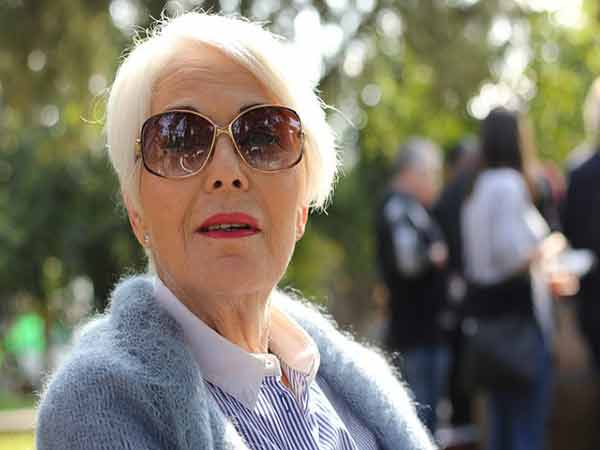 Donna anziana con occhiali da sole