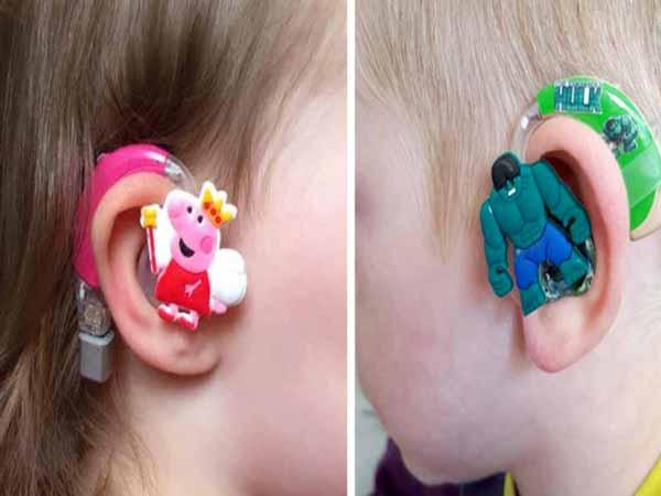 bambini con apparecchi acustici