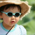 Bambina all'aria aperta