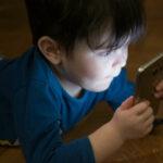 Bimbo gioca con uno smartphone