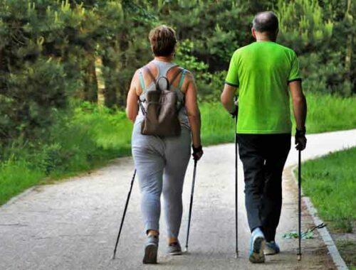 persona che camminano nel parco