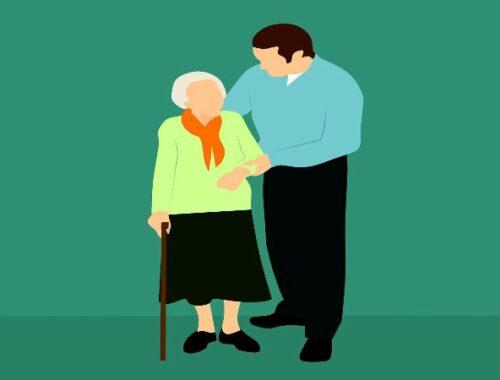 anziana assistita da un operatore