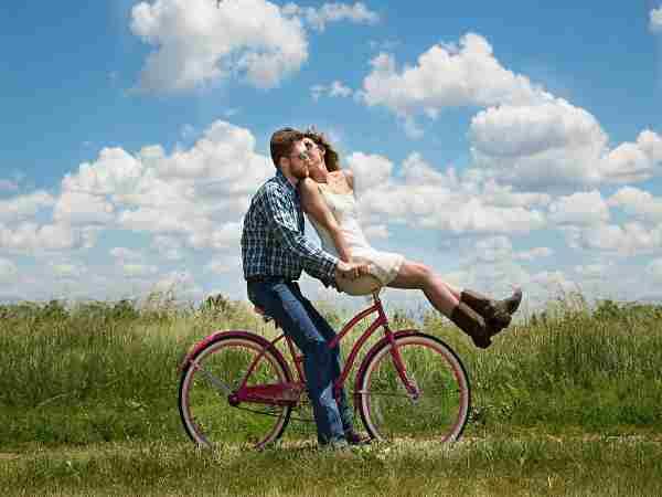 coppia in biciletta