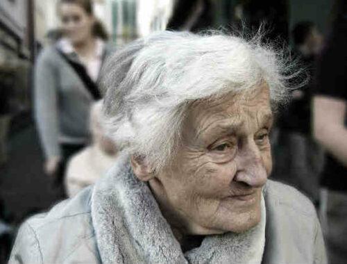 donna anziana alzheimer