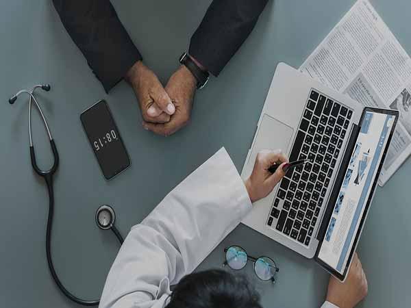 medico e paziente usano telemedicina