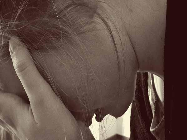 bambina piange per bullismo