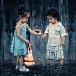 bambino gentile offre un fiore