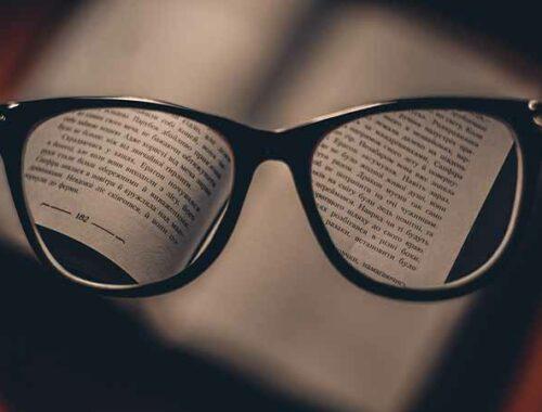 Occhiali da vista su un libro