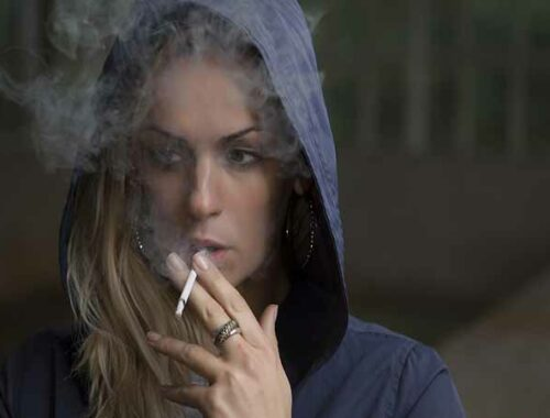 Ragazza fuma una sigaretta