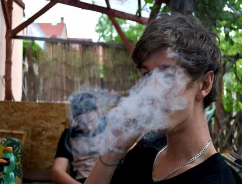 Ragazzi fumano erba