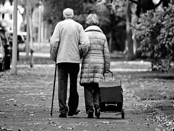 anziani camminano abracciati