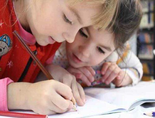 due bambine impegnate a scrivere