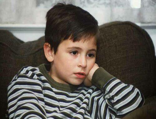 bambino guarda televisore