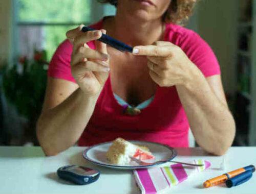 Donna diabetica controlla glicemia