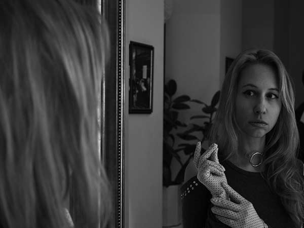 donna si guarda allo specchio