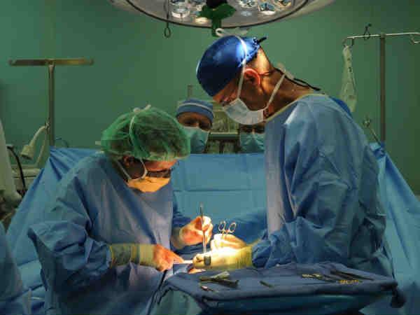 Chirurghi durante un intervento