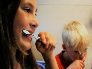 bambini lavano i denti